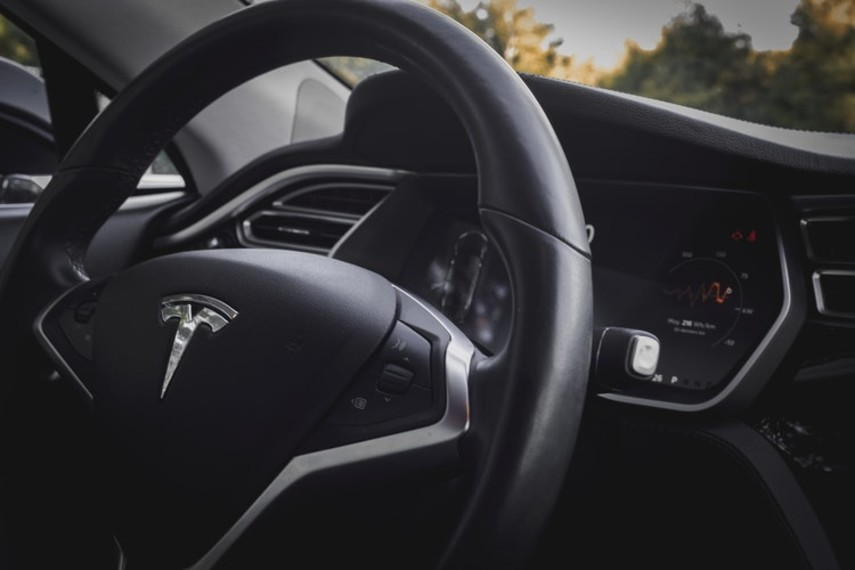 Водитель больше не нужен: Tesla представила новый автопилот (Видео)