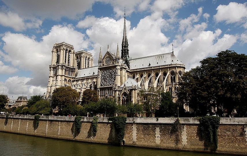 Знаменитые витражи собора Нотр-Дам уцелели при пожаре, орган поврежден водой