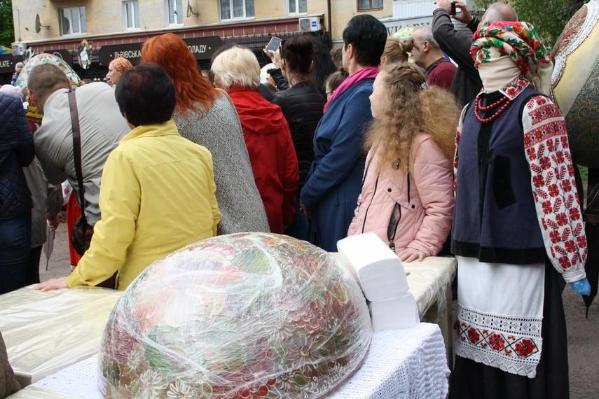 В Житомире изготовили 100-килограмовую шоколадную писанку (Фото)