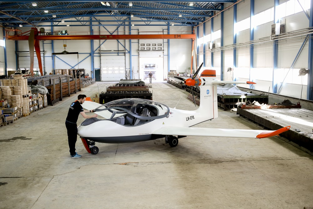 Электрический самолет-амфибия впервые поднялся в воздух (Видео)