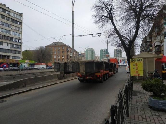 Шулявский мост в Киеве вывозят по кускам (Фото)