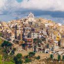 Итальянский городок продает 100 домов по €1. Не без подвоха