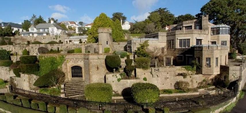 В Великобритании выставили на продажу современный дом-замок с башнями