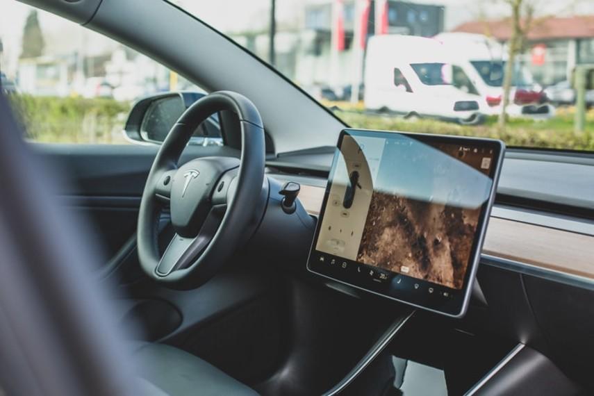 Электрокары Tesla начали самостоятельно диагностировать поломки и заказывать нужные детали