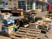 Возле универсама «Позняки» убрали стихийную торговлю и мусор