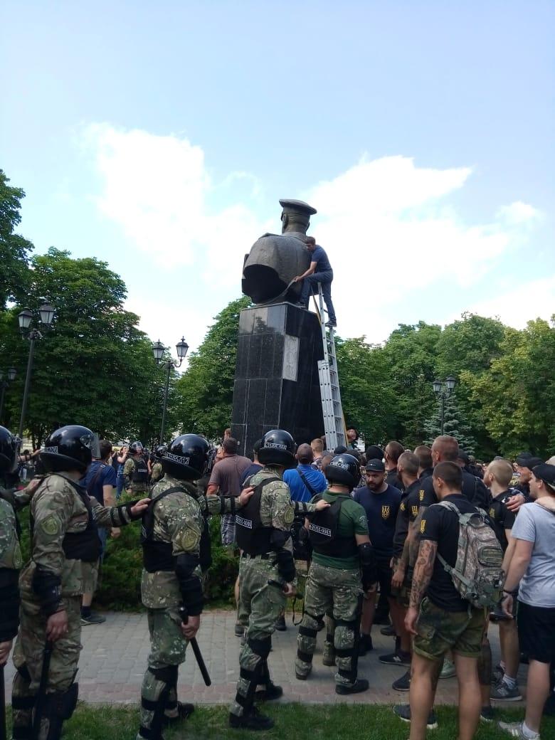 В Харькове активисты снесли памятник маршалу Жукову (Фото)
