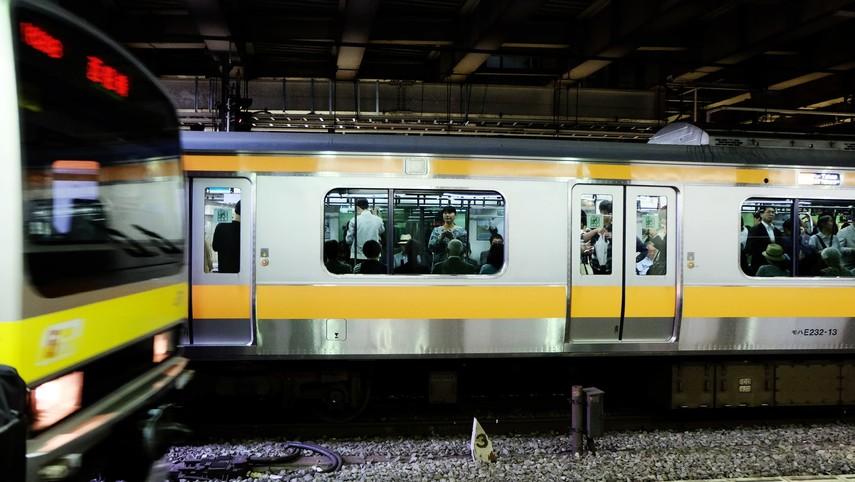 В Японии поезд метро наехал на забытое работниками оборудование и сошел с рельсов