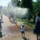 В парках установили арки, распыляющие воду